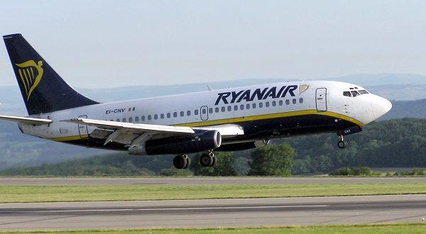 Perché la compagnia low cost irlandese ha pianificato una riduzione dei voli fino alla fine di ottobre e come richiedere il rimborso dei biglietti aerei in caso di prenotazione Cancellazione voli Ryanair, cause e modalità di rimborso Da oggi alla fine di ottobre, la compagnia aerea Ryanair cancellerà oltre 2000 voli, con una media di circa 50 voli al giorno. Il perché lo ha spiegato la compagnia low cost irlandese. L'obiettivo è migliorare la puntualità, passata nelle prime due settimane di settembre dal 90% a meno dell'80%. Questo calo è dato dagli scioperi dei controllori di volo, al maltempo e all'impatto crescente delle ferie di piloti e personale di cabina. Insomma, il personale va in vacanza e la flotta di Dublino deve correre ai ripari per non deludere i suoi clienti. Da una stima veloce, si dovranno cancellare meno del 2% dei 2500 collegamenti quotidiani. Perché Ryanair ha cancellato voli a fine ottobre Robin Kiely, capo della comunicazione di Ryanair, prova a scusarsi con i clienti che saranno coinvolti dalle cancellazioni, promettendo di trovare voli alternativi, o far partire i risarcimenti. Peccato che ciò non è bastato a calmare la rabbia dei fruitori della compagnia aerea irlandese low cost. Un fulmine a ciel sereno che ha colpito all'improvviso e, come contromisura, la protesta passa su Twitter. Molti utenti si chiedono se dietro ogni cancellazione ci siano questioni operative e non scioperi o maltempo. Tanto da poter chiedere il rimborso dei biglietti. Come chiedere il rimborso o cambio volo gratuito Ryanair Chi riceve un messaggio di cancellazione del volo potrà richiedere un cambio volo gratis o un rimborso attraverso la pagina dedicata del sito ufficiale di Ryanair, compilando una scheda. Di solito, l'azienda preferisce far cambiare aereo ai clienti per non sborsare soldi Però sono tanti i clienti che si sono lamentati per lo scarso preavviso, un messaggio sul telefonino la stessa mattina della partenza. L'opzione del cambio è stata proposta, ma s